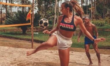 """VIDEO Neymar si Ronaldinho au luat lectii de la ea. Cine e brazilianca-minune care """"vrajeste"""" mingea"""