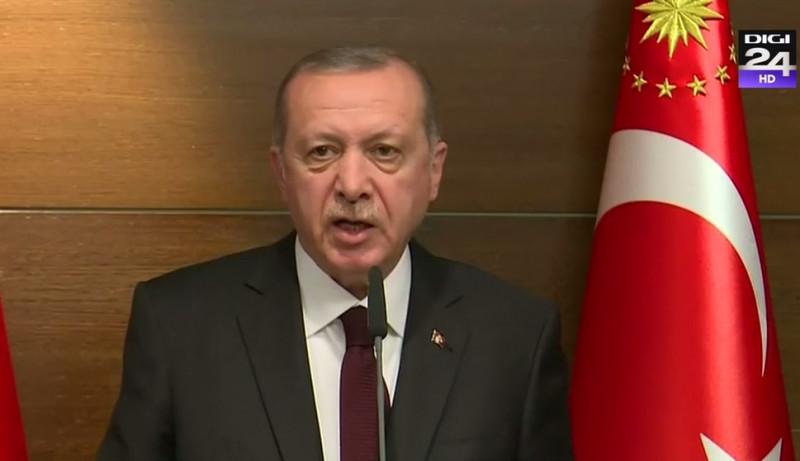 Cadru oficial. Recep Tayyip Erdogan, președintele Turciei, ține un discrus de la tribună, vorbind într-un microfon.