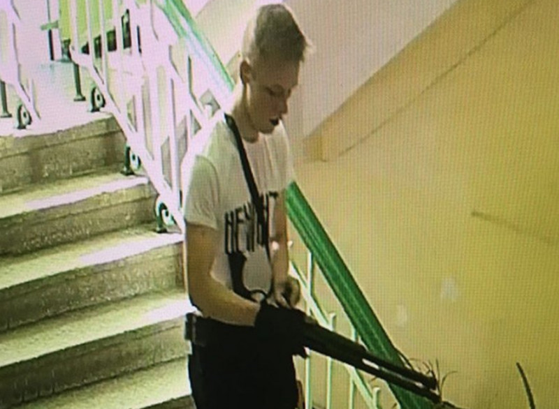 Presupusul autor al atacului terorist de la liceul din Crimeea, cu arma în mână