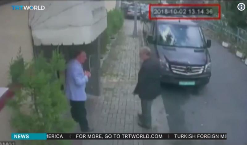 Cadru stradal. Jurnalistul Jamal Khashoggi este suprins de o cameră de supraveghere în momentul în care intră în consulatul Arabiei Saudite la Istanbul. În imagine se mai poate observa și o dubă neagră, despre care se crede că ar fi transporat, după momentul crimei, trupul tranșat al jurnalistului.