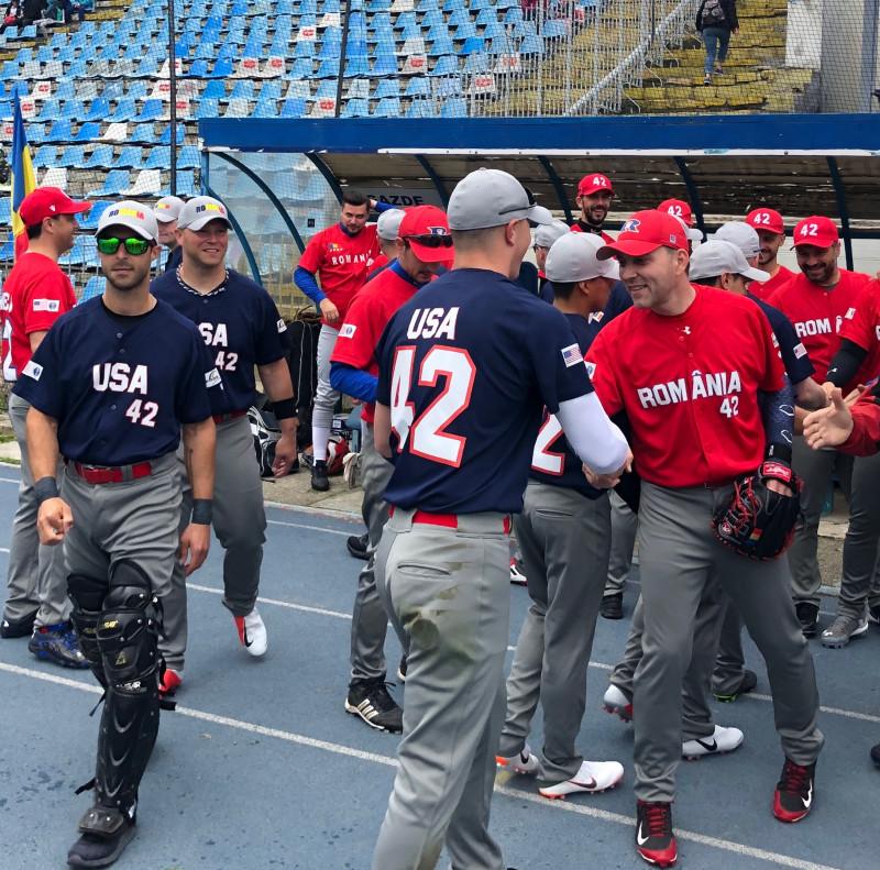 jucatorii de baseball dau mana la inceputul partidei