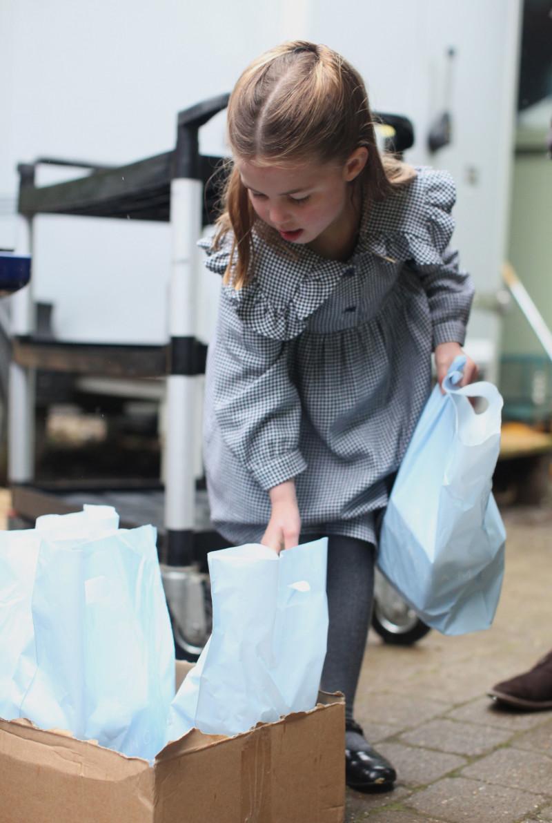 printesa charlotte duce mancare familiilor nevoiase