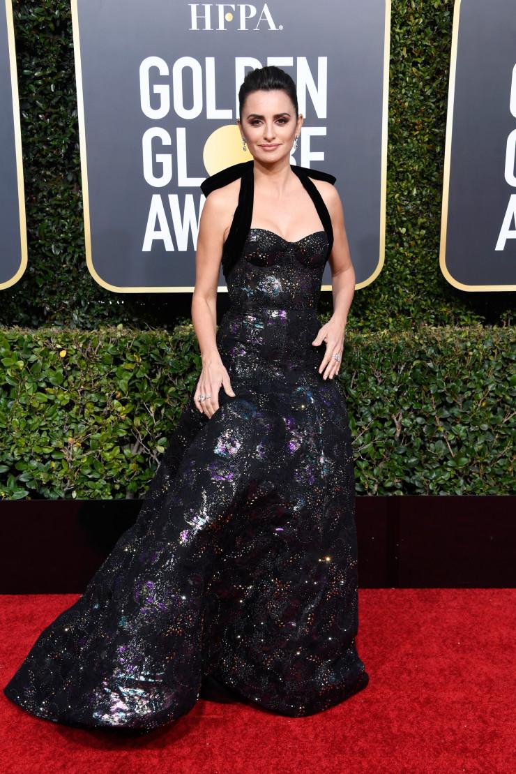 penelope cruz intr-o rochie neagra pe covorul rosu de la globurile de aur 2019